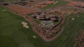 Tiro aéreo de la mucha altitud de la mansión del campo de golf del desierto almacen de video