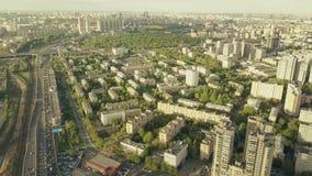Tiro aéreo de la mucha altitud del paisaje urbano de Moscú y del atasco pesado en el camino del coche sobre la hora punta de la t Imagen de archivo libre de regalías