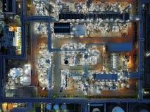 Tiro aéreo de la noche de la industria de petróleo Foto de archivo