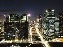 Tiro aéreo de la noche de edificios Fotos de archivo