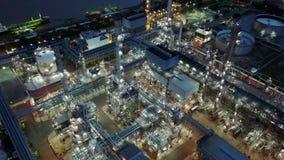 tiro aéreo de la noche 4K de la refinería de petróleo almacen de metraje de vídeo