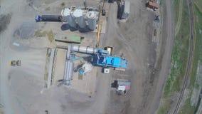 Tiro aéreo de la planta del asfalto almacen de video