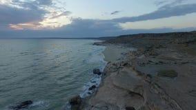Tiro aéreo de la puesta del sol de los acantilados 2 del mar de Kaspian almacen de video