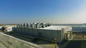 Tiro aéreo de la subestación eléctrica cerca del invernadero almacen de metraje de vídeo