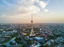 Tiro aéreo de la torre de Tashkent TV durante puesta del sol en Uzbekistán imagen de archivo