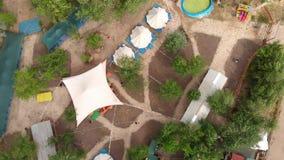 Tiro aéreo de la visión superior de acampar de lujo con las tiendas y carpas blancas grandes, territorio estilizado, rastros y ca almacen de video