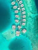 Tiro aéreo de las casas construidas sobre el mar en las islas de Maldivas imagenes de archivo