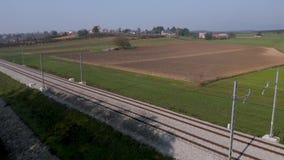 Tiro aéreo de las pistas de ferrocarril en campo rural metrajes