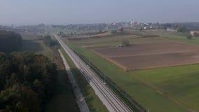 Tiro aéreo de las pistas de ferrocarril en campo rural almacen de metraje de vídeo