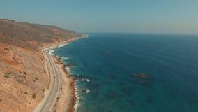 Tiro aéreo de levantamiento sobre una playa en Malibu, California almacen de metraje de vídeo