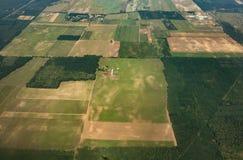 Tiro aéreo de los campos de la agricultura fotos de archivo libres de regalías