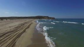 Tiro aéreo de los fps del día 25 de los acantilados del mar de Kaspian almacen de video