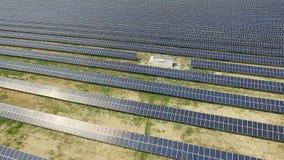 Tiro aéreo de los paneles solares - planta de energía solar almacen de video