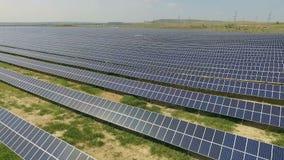 Tiro aéreo de los paneles solares - planta de energía solar almacen de metraje de vídeo