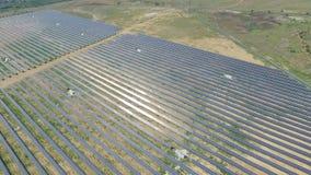 Tiro aéreo de los paneles solares - planta de energía solar metrajes