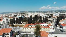 Tiro aéreo de los paphos y de las montañas de la ciudad de Chipre en fondo con los tejados amarillos rojos Opinión del abejón del metrajes