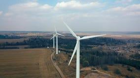 Tiro a?reo de los trabajadores blancos de las cuchillas de turbina de molinoes de viento metrajes