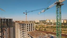 Tiro aéreo de los trabajadores en una construcción, estructura en el proceso a ser estructura almacen de video