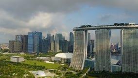 Tiro aéreo de Marina Bay Sands almacen de metraje de vídeo