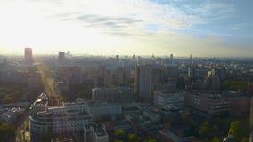 Tiro aéreo de Moscú reservada teniendo en cuenta el sol de la mañana, Rusia almacen de metraje de vídeo