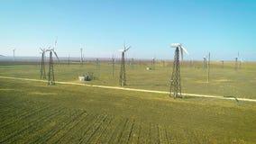 Tiro aéreo de muchos generadores de viento viejos en Rusia en el desierto Producen energía respetuosa del medio ambiente almacen de metraje de vídeo