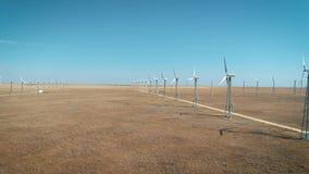 Tiro aéreo de muchos generadores de viento viejos en Rusia en el desierto Producen energía respetuosa del medio ambiente almacen de video