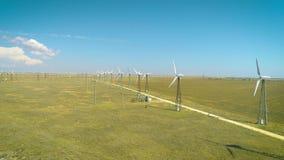 Tiro aéreo de muchos generadores de viento viejos en Rusia en el desierto Producen energía respetuosa del medio ambiente metrajes