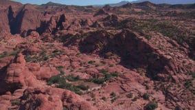 Tiro aéreo de penhascos e de montanhas vermelhos St George Utá filme