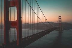 Tiro aéreo de puente Golden Gate durante una puesta del sol hermosa foto de archivo