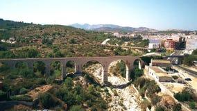 Tiro aéreo de puentes y del río secado en Andalucía, España almacen de video