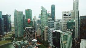 Tiro aéreo de rascacielos en Marina Bay Singapore almacen de metraje de vídeo
