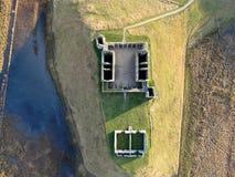 Tiro aéreo de ruínas escocesas do castelo fotografia de stock