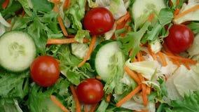 Tiro aéreo de salada fresca misturada filme