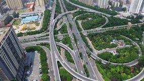 Tiro AÉREO de Timelapse del tráfico que mueve encendido los pasos superiores, Xi'an, China almacen de video