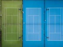 Tiro aéreo de três campos de tênis de lado a lado fotos de stock