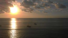 Tiro aéreo de tres barcos del ` s del pescador en un mar en el tiempo de la puesta del sol El abejón se mueve a la derecha metrajes