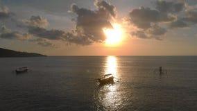 Tiro aéreo de tres barcos del ` s del pescador en un mar en el tiempo de la puesta del sol El abejón se mueve lentamente adelante almacen de metraje de vídeo