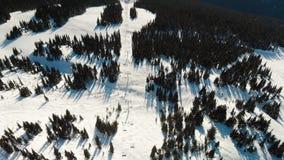 Tiro aéreo de um elevador de esqui no pico da montanha de Blackcomb vídeos de arquivo