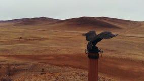 Tiro aéreo de uma águia de bronze do monumento video estoque