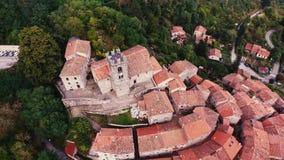 Tiro aéreo de uma cidade pequena no monte em Toscânia, Itália, 4K filme