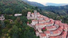 Tiro aéreo de uma cidade pequena no monte em Toscânia, Itália, 4K video estoque