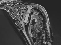 Tiro aéreo de uma ilha urbana em preto e branco imagens de stock