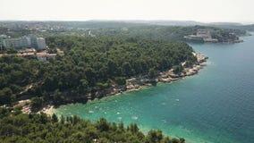 Tiro aéreo de un complejo playero croata en pulas en el mar adriático Tiempo de vacaciones de verano Fotografía de archivo