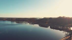 Tiro aéreo de un río grande almacen de metraje de vídeo