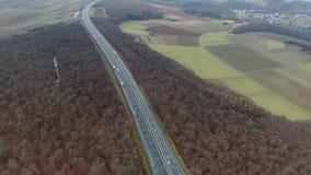 Tiro aéreo de una carretera ancha larga con las porciones de tráfico en Alemania, 4k almacen de metraje de vídeo