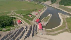 Tiro aéreo de una central hidroeléctrica almacen de metraje de vídeo