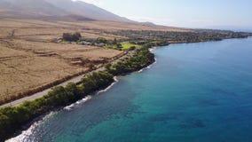 Tiro aéreo de una costa hermosa con agua azul cristalina y la naturaleza volcánica de Maui, Hawaii metrajes