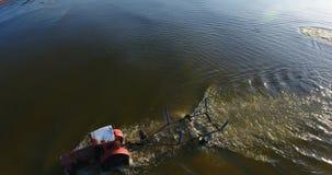 Tiro aéreo de una fricción del tractor un barco del ` s del pescador en las aguas costeras metrajes