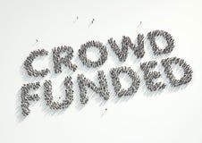 Tiro aéreo de una muchedumbre de gente que forma la palabra 'muchedumbre financiada' Imágenes de archivo libres de regalías