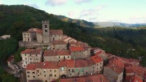 Tiro aéreo de una pequeña ciudad en la colina en Toscana, Italia, 4K almacen de metraje de vídeo